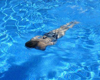 Ako dlho musí bežať bazénová filtrácia, aby bola voda priezračne čistá?